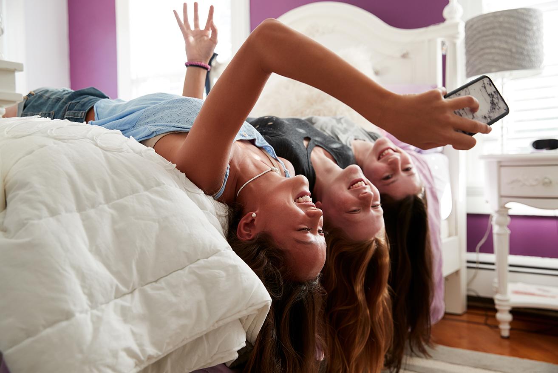 Ragazze che si fanno un selfie in casa
